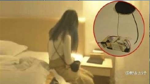 Vào nhà nghỉ qua đêm, cặp tình nhân không thể ngờ lại tìm thấy máy quay lén trên trần nhà