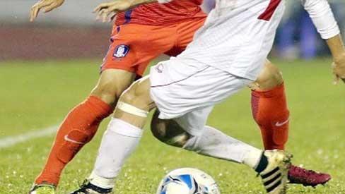 Cầu thủ trẻ bị chấn thương tinh hoàn khi tranh bóng