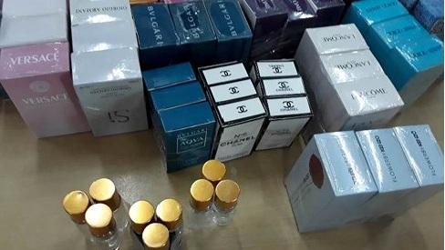 Thu giữ hàng chục ngàn chai nước hoa Chanel, Gucci bị làm giả từ hóa chất Trung Quốc