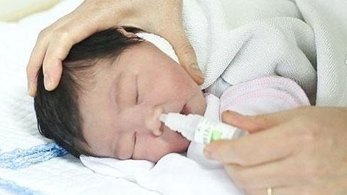 Cách rửa mũi bằng nước muối sinh lý cho trẻ tránh bệnh tai-mũi-họng