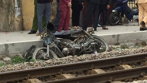 Qua đường ray bất cẩn, người đàn ông đi xe máy bị tàu hoả kéo lê 20 mét tử vong tại chỗ