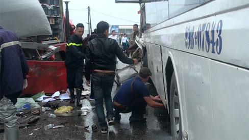 Kinh hoàng xe cứu hỏa tông vào xe khách trên đường đi cứu nạn, một chiến sĩ tử vong