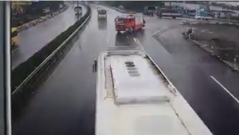 Chạy ngược chiều trên đường cao tốc dù được ưu tiên, xe cứu hỏa đúng hay sai?