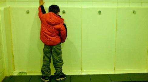 Con trai suýt bị xâm hại trong toilet công cộng, bà mẹ Mỹ lên tiếng cảnh báo