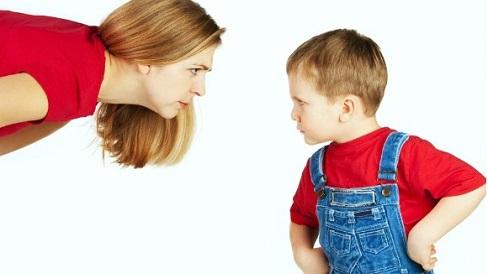 Với trẻ lì lợm không nghe lời, bố mẹ đừng quát mắng hãy dùng ngay mẹo này