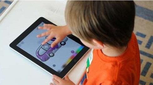 Hà Nội: Bé 2 tuổi bị mắc tự kỷ,  không thích bố mẹ, chỉ thích xem điện thoại và tivi