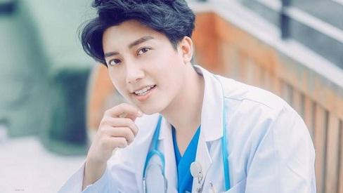 Làm việc với nhiều phụ nữ, chàng bác sĩ quyết định dao kéo để giống soái ca Hàn Quốc