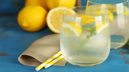 Chuyên gia dinh dưỡng trả lời về việc uống nước chanh buổi sáng có phải là tốt nhất