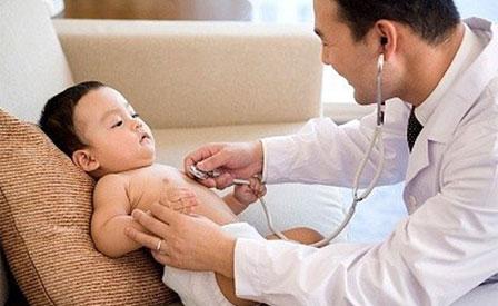 Cách chăm sóc trẻ bị viêm phổi  khi thời tiết thất thường