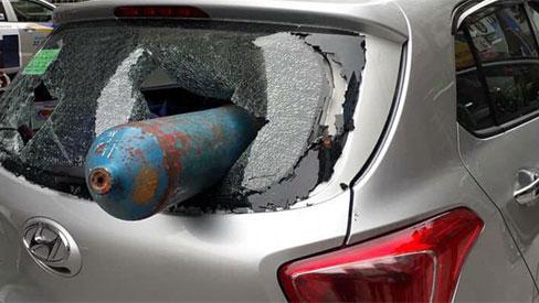 Hà Nội: Bình gas rơi trúng ô tô đang chạy, nằm gọn trong xe