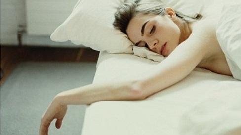 Nude trên giường giúp bạn dễ ngủ và say giấc