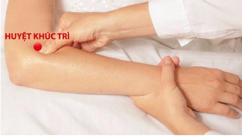 Tê tay lâu ngày có thể gây teo cơ, xoa bóp một số huyệt đạo hỗ trợ điều trị bệnh này