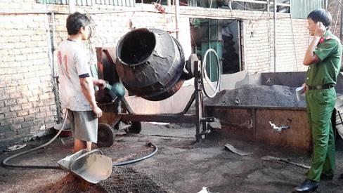 Đắk Nông: Bắt quả tang cơ sở tẩm nhuộm chất độc từ viên pin vào cà phê