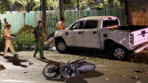 Tài xế đạp nhầm chân ga khiến ôtô tông loạt xe dừng đèn đỏ ở Sài Gòn