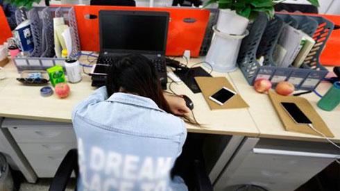 Nữ công sở bị tê liệt tay vì thói quen hầu hết dân văn phòng đều mắc khi nghỉ trưa