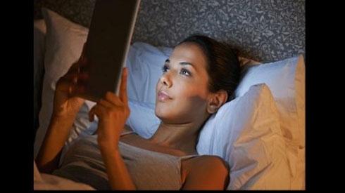 Mẹo nhỏ giúp bạn bảo vệ mắt khi sử dụng điện thoại vào ban đêm