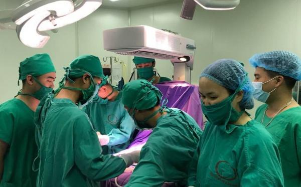 Một bé gái 16 ngày tuổi mang khối u hiếm gặp