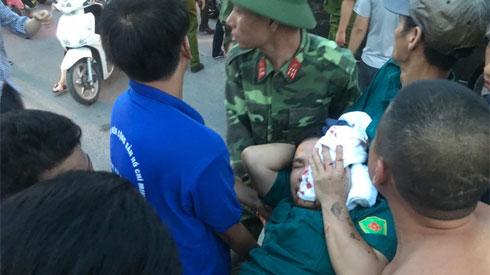 Cháy chung cư Fodacon ở Hà Nội: Một dân phòng bị kính rơi trúng đầu