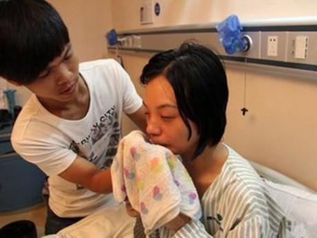 Vợ bị táo bón suốt 4 tuần phải nhập viện, khi biết nguyên nhân người chồng đồng ý không cứu