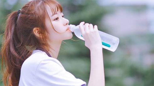 Đi nắng về uống nước lạnh ngay: thói quen ai cũng mắc lại cực hại cho sức khỏe