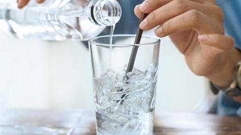 Ai hay uống nước đá lạnh, coi chừng nhiều tác hại này