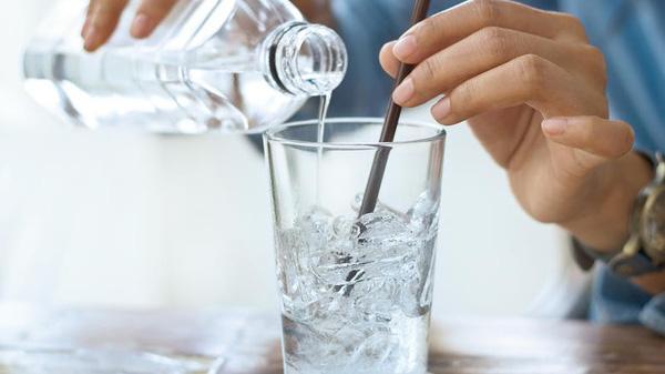 Ai hay uống nước đá lạnh, coi chừng nhiều tác hại này-1