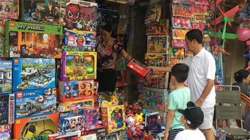 """Mua đồ chơi đắt tiền cho trẻ: Nên """"ích kỷ"""" hay cưng chiều?"""