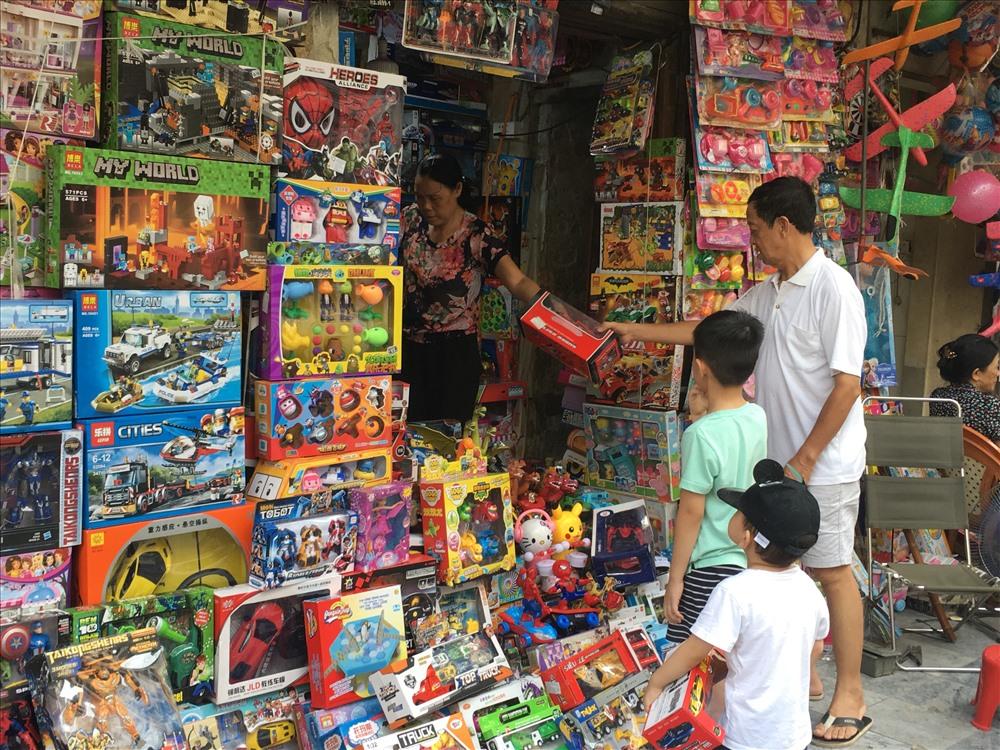 """Mua đồ chơi đắt tiền cho trẻ: Nên ích kỷ"""" hay cưng chiều?-1"""