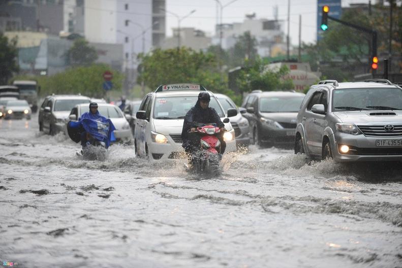 Bí quyết để xe gắn máy bon bon qua vùng ngập nước-1