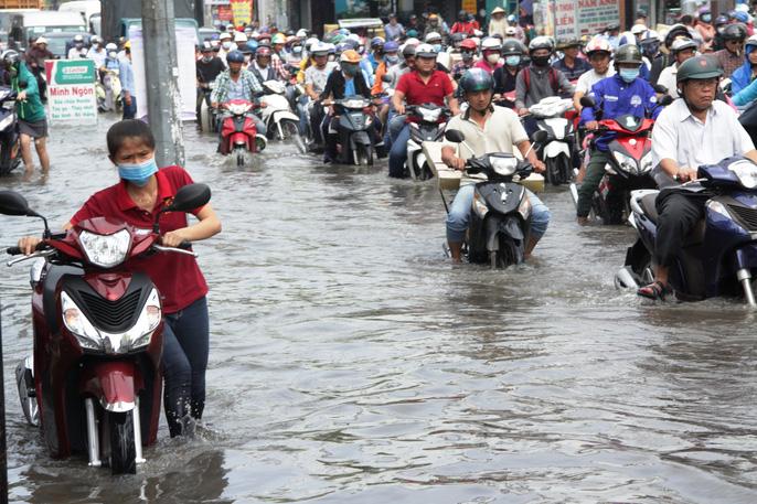 Bí quyết để xe gắn máy bon bon qua vùng ngập nước-2