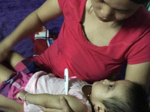Tưởng chỉ ốm sốt thường, mẹ ngỡ ngàng sau 1 tháng đi viện, con về với thân hình co quắp