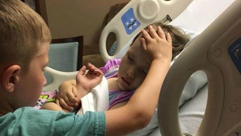 Bé trai 6 tuổi vuốt trán an ủi em gái ung thư não