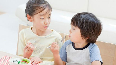 Con gặp họa vì bố mẹ chữa táo bón sai cách, chuyên gia gợi ý cách chữa trị chuẩn nhất