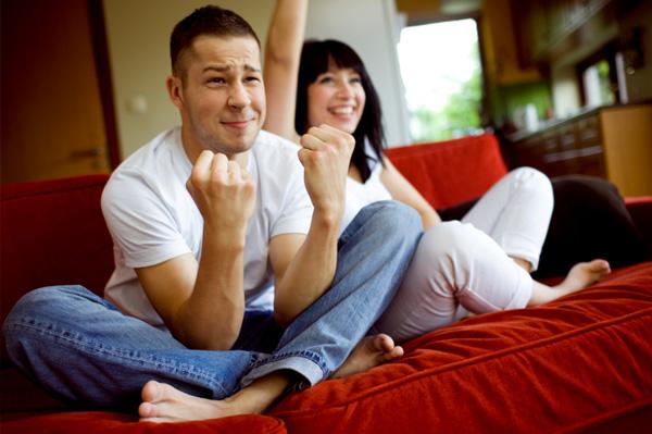 Điên tiết vì chồng chỉ thích xem World Cup bên nhà cô hàng xóm-2