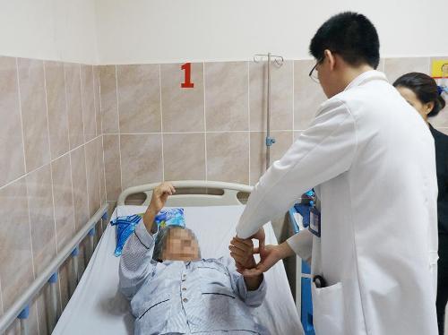 Khối u trong tủy sống cụ ông 72 tuổi-1