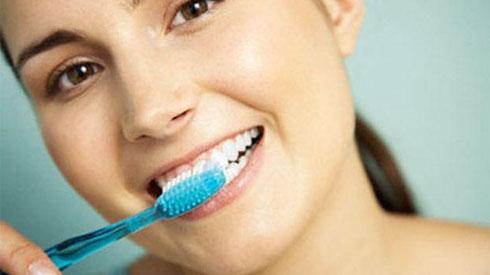 Cô gái bị mòn răng, tụt lợi đau đớn vì suốt 10 năm chải răng theo cách triệu người làm