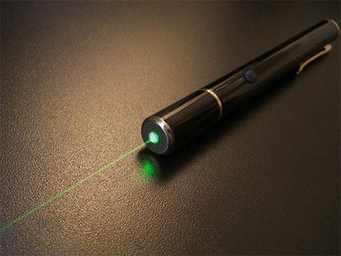 Cậu bé 9 tuổi mù mắt vì đèn laser đồ chơi