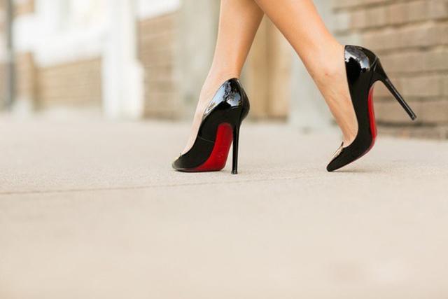 Đang đi đột nhiên ngất xỉu, bác sĩ tuyên bố thủ phạm chính là đôi giày cao gót-1