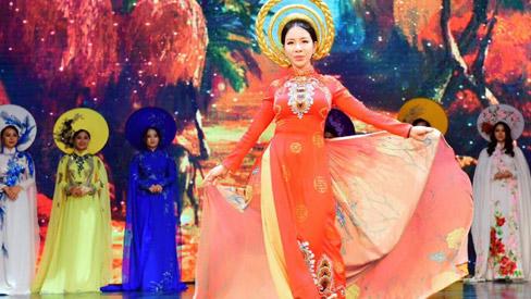 Á hoàng doanh nhân Lương Thanh Lan rạng rỡ trong áo dài mạ vàng của Hương Queen