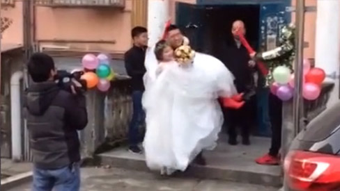 Bi kịch khi chú rể không thể bế nổi cô dâu trong đám cưới