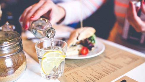 Có nên uống nước trong khi đang ăn