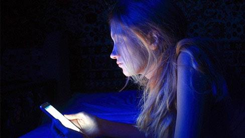 Ánh sáng xanh từ điện thoại di động xem hàng đêm có thể gây mù mắt?