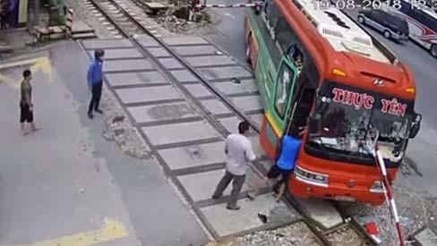 Xe khách lao gẫy barie nằm vắt ngang đường sắt khi tàu lao tới