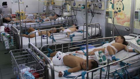 Cha mẹ đau xót nhìn trẻ nằm la liệt, chân tay bị cột chặt vì tay chân miệng