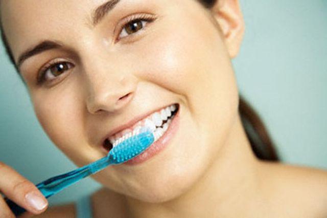 Cô gái bị mòn răng, tụt lợi đau đớn vì suốt 10 năm chải răng theo cách triệu người làm-4
