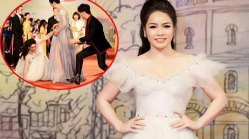 Diện váy dài sexy, Nhật Kim Anh ngã dúi dụi trên thảm đỏ LHP Quốc tế Hà Nội