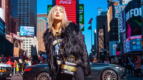 Châu Bùi phối đồ sắc màu khi dạo phố New York