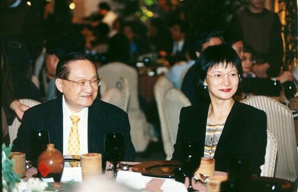 Nhìn hai người vợ của nhà văn Kim Dung đi, thất bại của cơm và sự lên ngôi của phở là bài học đắt giá cho chị em đấy!-3