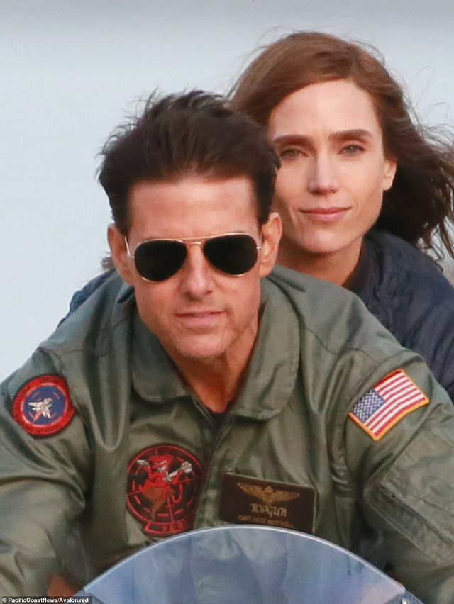 32 năm sau, Tom Cruise vẫn phong độ chạy xe phân khối lớn chở người đẹp-12