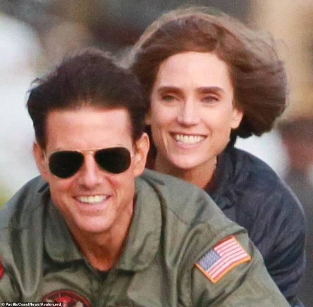 32 năm sau, Tom Cruise vẫn phong độ chạy xe phân khối lớn chở người đẹp-13